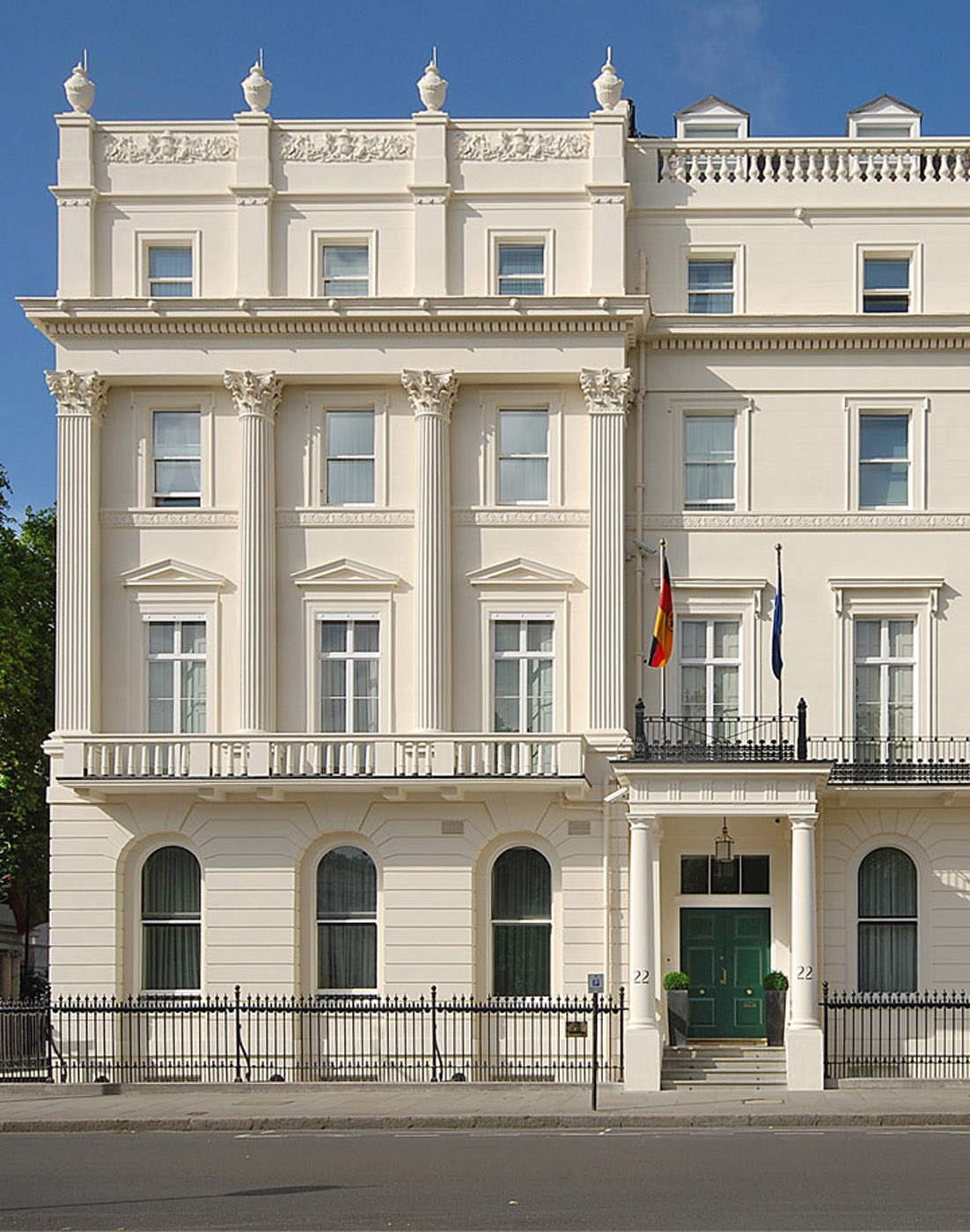 uberraum-german-embassy-facade-11